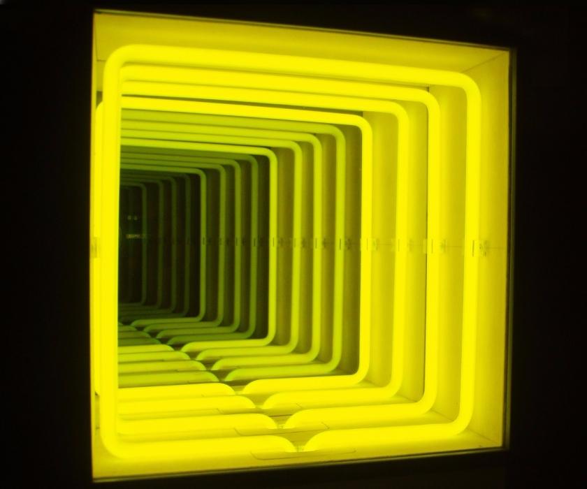paolo-scirpa-espansione-curva-1979-legno-neon-giallo-specchi
